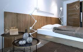 Kaffeetisch Und Lampe In Der Nähe Bett Im Minimalistischen