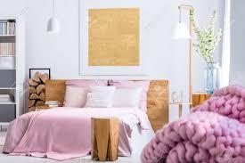 Gemütliches Schlafzimmer In Holz Und Rosa Art Mit Großem Bett