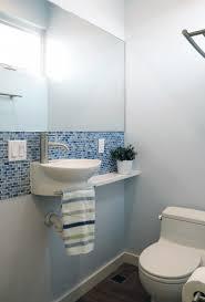 Você pode usar cortinas no box, faixas decorativas em paredes, contrastes de revestimentos, recortes de bancadas e muito mais. Banheiro Decorado Com Larga Faixa De Pastilhas Que Mesclam Azul E Branco Conheca Todos Os Modelos De Pastilhas Azu Banheiro Pequeno Pias De Banheiro Banheiro
