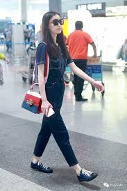 gucci queen margaret. 应gucci的邀约,倪妮5月27号赴机场参加佛罗伦萨2018早春秀。身背gucci红蓝拼接的\u201cqueen margaret\u201d系列包包超级吸睛。再着一身像牛仔上衣的t恤,平底鞋也是她不轻易更换 gucci queen margaret