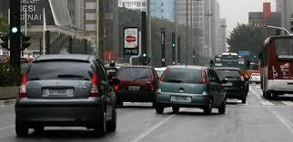 Resultado de imagem para fotos de carros ultrapassando em faixa continua nas avenidas das cidades