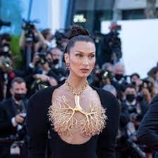 Bella Hadid begeistert in Cannes ...
