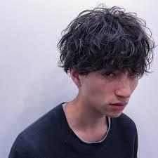 顔の形別おでこが広い男性に似合う髪型くせ毛パーマ 最新トレンドの