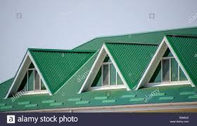 Das Haus Mit Kunststoff Fenstern Und Einem Grünen Dach Aus Wellblech