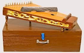 Maka dari itu, pemainnya harus memiliki keterampilan untuk menentukan dan mengatur kapan alat musik dimainkan dengan nada yang tinggi atau rendah. 10 Alat Musik Harmonis Beserta Gambar Penjelasan Lengkap