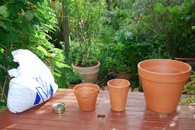 in this build i used an out sweet tin but in subsequent builds i have used a a clay ring made from an old terracotta pot tandoor airflow