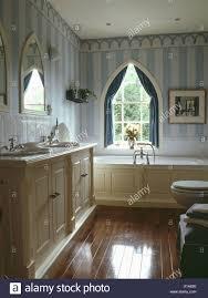 Blau Gestreifte Tapete Und Polierten Holzboden Im Badezimmer Mit