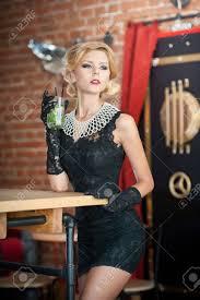 Modieuze Aantrekkelijke Dame Met Een Kleine Zwarte Jurk En Lange Handschoenen Staan In De Buurt Een Restaurant Tafel Met Een Drankje Kort Haar