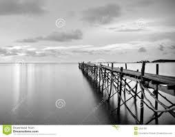 Legno Bianco Nero : Fotografia in bianco e nero di un pilastro legno della spiaggia