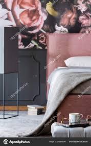 Grijze Deken Roze Bed Patroon Slaapkamer Interieur Met Donker Behang