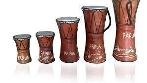 Cara memainkannya adalah dengan menepuk menggunakan jari dan juga bagian pergelangan tangan. Alat Musik Tradisional Papua Lengkap Sejarahnya