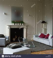 Rosa Seidenkissen Auf Weißen Sofa Am Kamin In Weiß