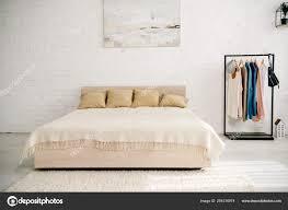 Helles Schlafzimmer Mit Großem Bett Teppich Und Gerader Zahnstange
