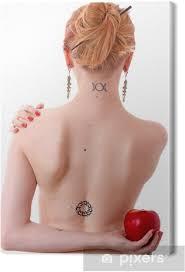 Obraz žena S Slovanské Runy Tetování Na Krku A Na Zádech Na Plátně
