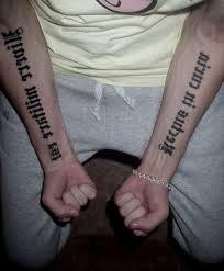 тату надписи на двух руках 3 лучших фото