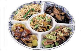 Традиционная кухня Китая Традиции и обычаи Китая Основу китайской национальной кухни составляют блюда из самых разнообразных продуктов крупы муки овощей мяса рыбы морских беспозвоночных животных
