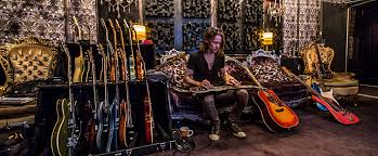 This is the place if you wanna be nosy or live into someone's life through the comic. El Vocalista Myles Kennedy Lanza Su Proxima Produccion The Ides Of March Rockamerika