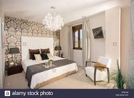 Schwarz Weiß Gemusterten Tapeten An Wand Hinter Dem Bett Mit