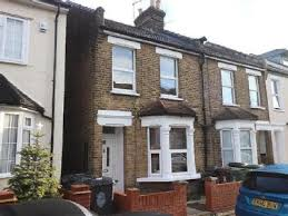 houses to in station road e4