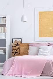 Einfaches Rosa Schlafzimmer Mit Gemütlichen Großen Bett Und Holz