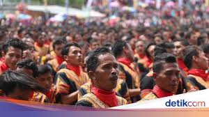 Pola lantai tari saman indonesia adalah negara dengan beragam kebudayaan mulai dari suku adat istiadat pakaian hingga tari tradisional. Tari Saman Daerah Asal Pola Lantai Dan Propertinya