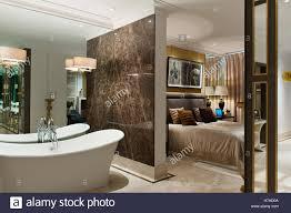 Freistehende Bad Badewanne Mit Marmor Trennwand Zum Schlafzimmer Mit