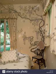 Kleiner Stuhl In Der Ecke Der Hütte Schlafzimmer Mit Handgemalten