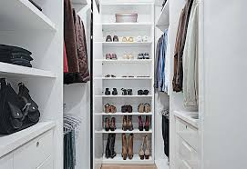 outro modelo de closet estreito com portas e gavetas em ambos os lados para economia de