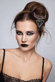 Jeune Femme Belle Avec Le Maquillage Et La Coiffure Gothique élégant