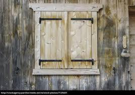 Fenster An Einer Holzhütte In Norditalien Stockfoto 7129431