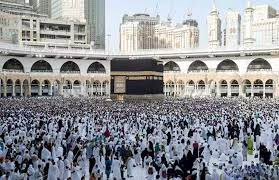 حجاج بيت الله يؤدون طواف الإفاضة بعد رمى الجمرة الكبرى