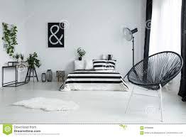 Entworfener Schwarzer Stuhl Im Modernen Schlafzimmer Stockfoto