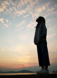 Resultado de imagen para mujer mirando el cielo
