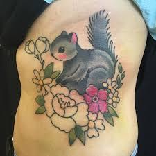 татуировка белки с цветами на спине девушки фото рисунки эскизы