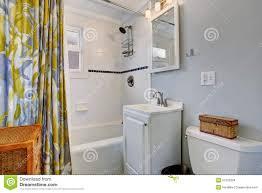 Piccolo bagno con le pareti blu e tenda di doccia variopinta