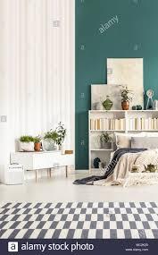 Gemusterten Teppich In Weiß Und Grün Schlafzimmer Einrichtung Mit