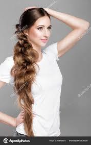 Tresse De Coiffure Femme Avec Les Cheveux Longs