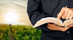 Resultado de imagem para imagens de pessoa lendo a bíblia