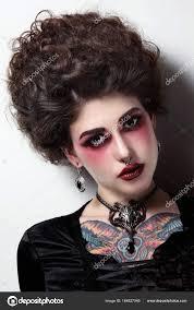 Femme Avec Vintage Coiffure Et Maquillage Gothique