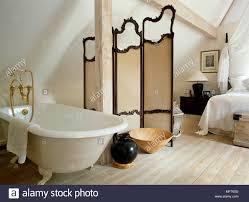 Freistehende Badewanne Neben Dressing Bildschirm Im Landhausstil