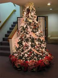 Such a beautiful tree! 47 Beautiful Christmas Tree Decorating Ideas-I like  how they tied the bow at the top and let it cascade down