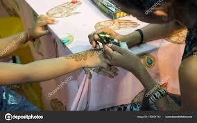 художник роспись хной татуировка на руке ребенка стоковое