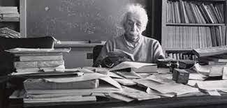 Albert Einstein en su despacho. | Matemolivares