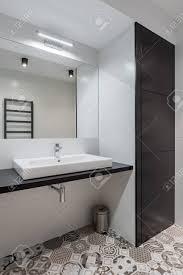Schwarz Weiß Badezimmer Mit Aufsatzbecken Und Spiegel Lizenzfreie