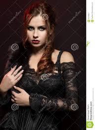 Jeune Femme Dans Le Costume Gothique Noir Image Stock