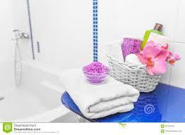 Korb Mit Kosmetik Im Badezimmer Stockfoto Bild Von Obacht Sauber