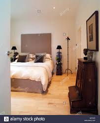 Modernes Weißes Schlafzimmer Bett Gepolstertes Kopfteil Holzfußboden