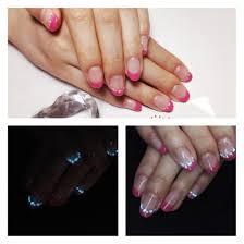 蓄光ナイトグロウネイル ピンクフレンチのラインに白く艶のあるパーツ
