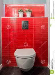 Toilettenschüssel Rote Fliesen Stockbild Bild Von Badezimmer
