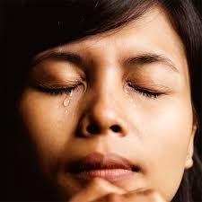 Risultati immagini per donna piange